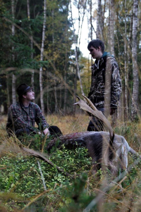 2 Jäger und ein Damhirsch