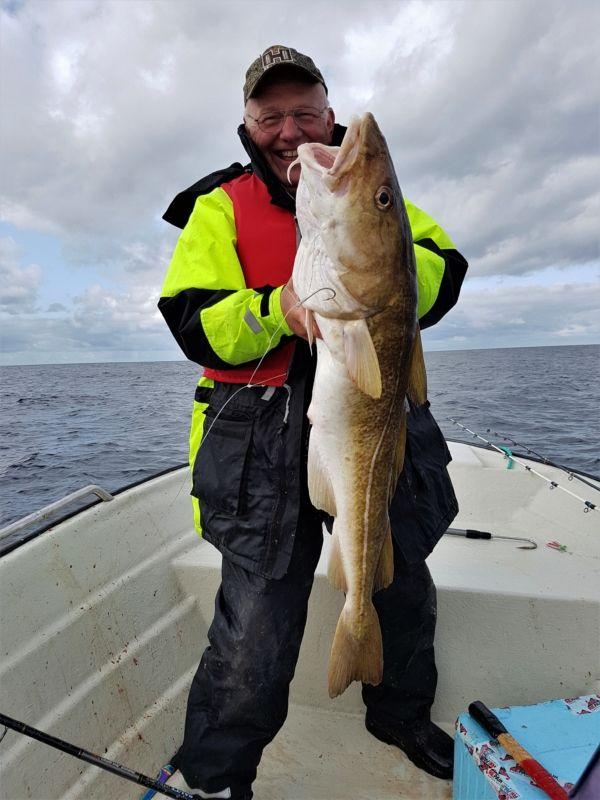Unser Vater mit dem größten Fisch der Tour. Der Dorsch hatte satte 7,1kg.
